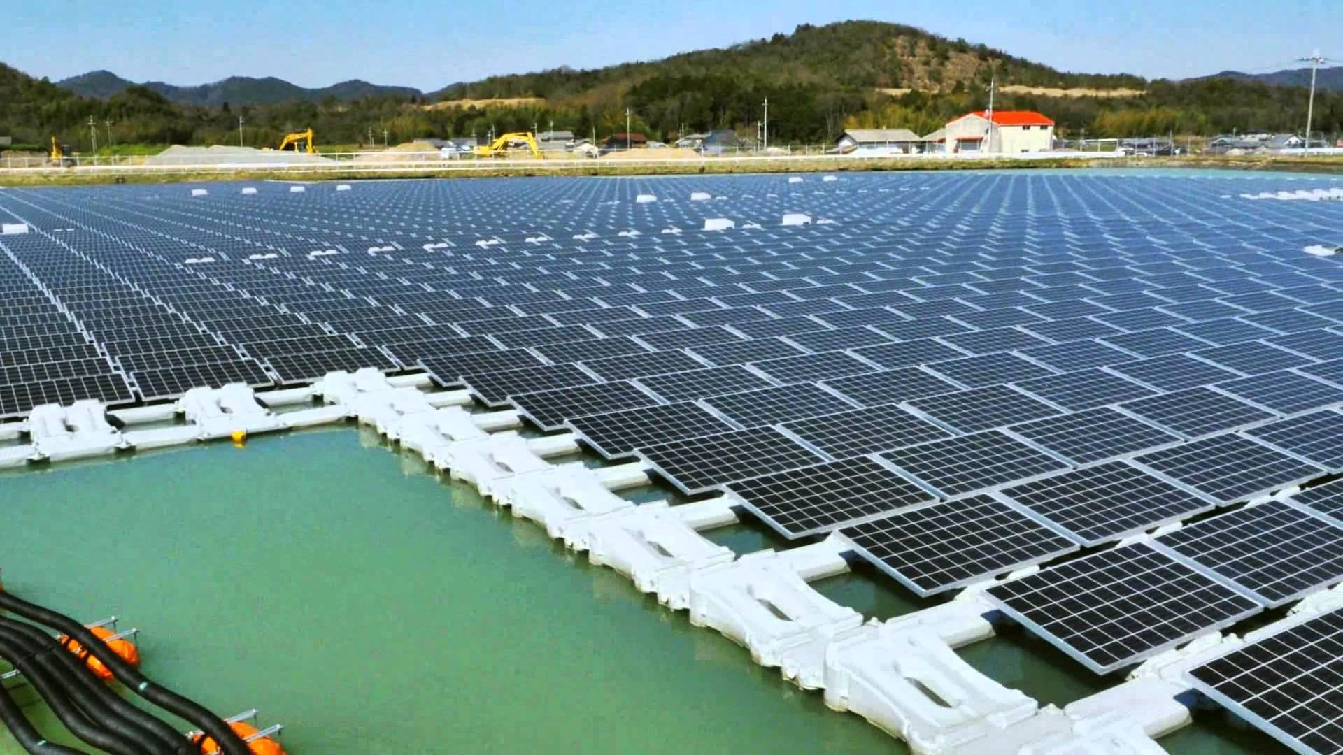 Солнечная установка, плавающая на поверхности воды